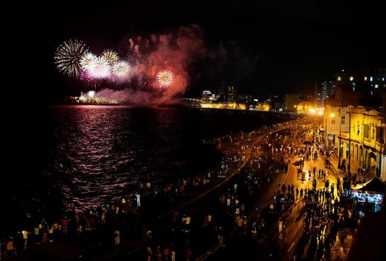 Miles de personas observan en la noche de este viernes el lanzamiento de los fuegos artificiales con motivo de la celebración de los 500 años de la fundación de La Habana (Cuba). Foto: EFE/Ernesto Mastrascusa