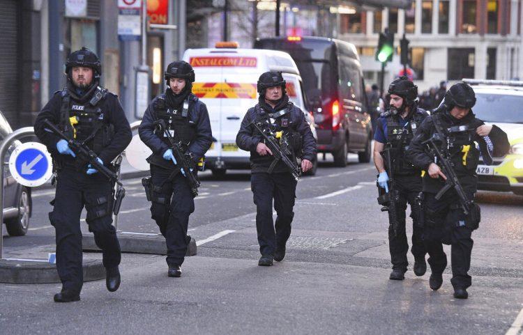 Agentes de la policía británica patrullan por la calle Cannon, cerca del lugar de un ataque en el Puente de Londres, en el centro de la ciudad, el 29 de noviembre de 2019. Foto: Kirsty O'Connor/PA vía AP.