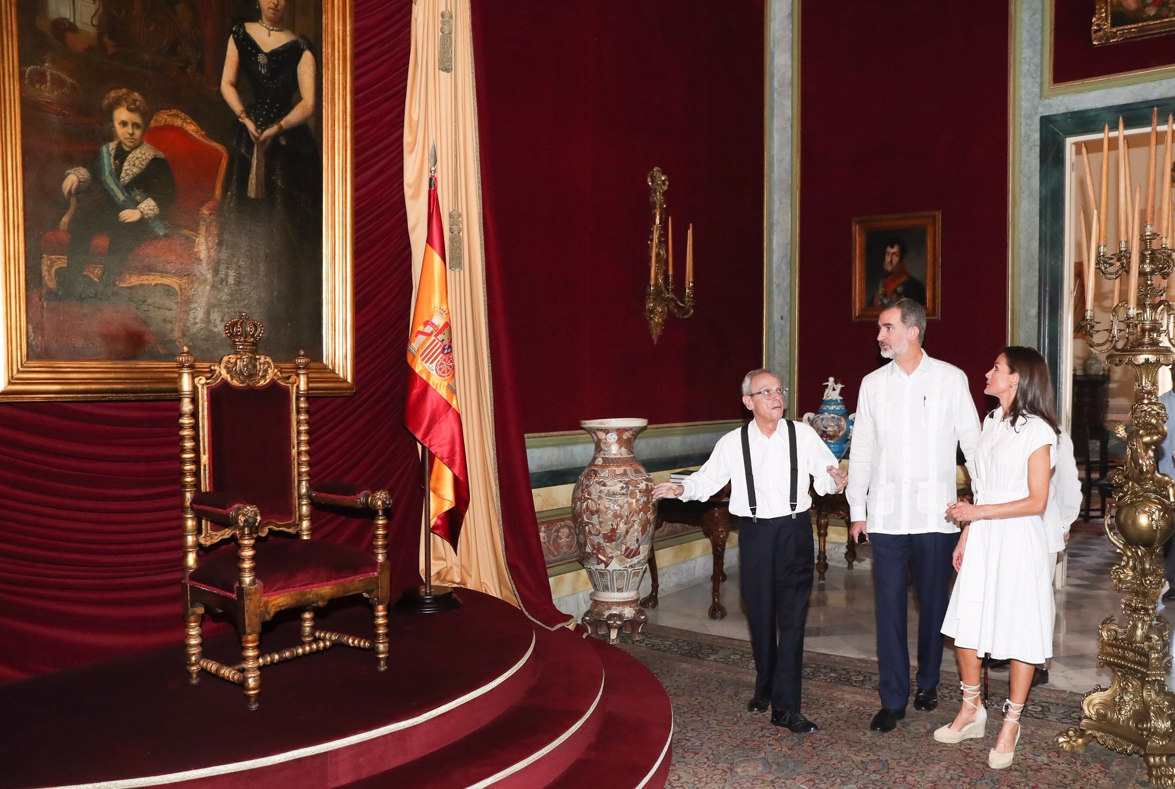 El historiador Eusebio Leal muestra a los reyes Felipe IV y Letizia el trono intocado del Palacio de los Capitanes Generales de La Habana, el 13 de noviembre de 2019. Foto: @CasaReal / Twitter.