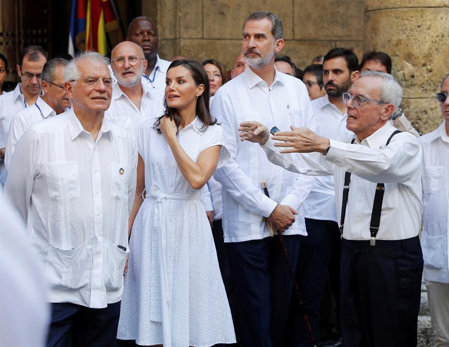 Los reyes de España conversan con el historiador Eusebio Leal (d) en el Palacio de los Capitanes durante un recorrido por la Habana Vieja, el 13 de noviembre de 2019. Foto: Juan Carlos Hidalgo / EFE.