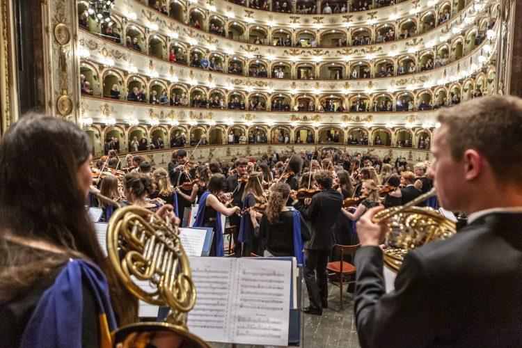 Orquesta Juvenil de la Unión Europea ofrece concierto en Ferrara, Italia, en abril de 2019. Foto: Marco Caselli