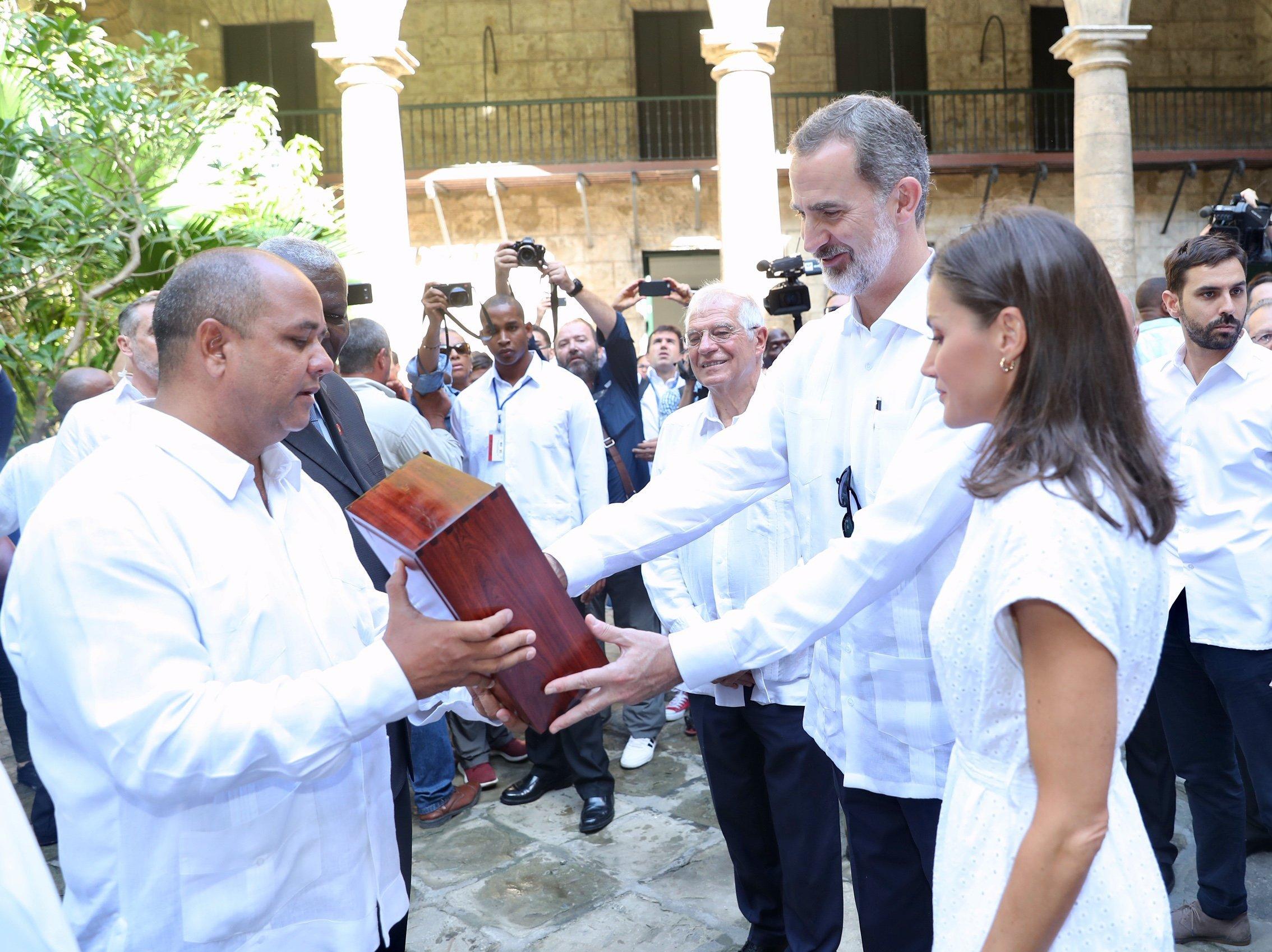 """El presidente de la Asamblea Provincial de La Habana, Reinaldo García Zapata, entrega a  los reyes de España la """"Giraldilla"""", el símbolo de la capital cubana, en el Palacio de los Capitanes Generales de La Habana, el 13 de noviembre de 2019. Foto: @CasaReal / Twitter."""