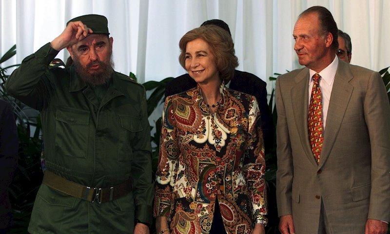 El ya fallecido líder cubano Fidel Castro (izq) junto a los reyes de España Sofía y Juan Carlos I. Foto: notimerica.com