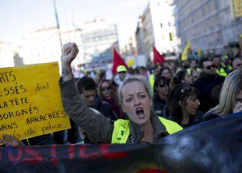 Una manifestante grita consignas durante una manifestación de los chalecos amarillo en conmemoración del primer año del movimiento en Marsella, sur de Francia, el sábado 16 de noviembre del 2019. (AP Foto/Daniel Cole)