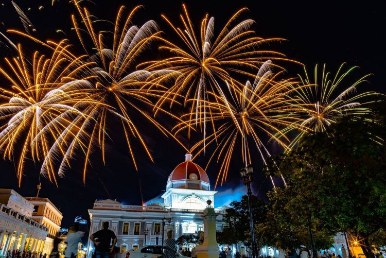Fuegos de artificios de la compañía Firework FX en la ciudad de Cienfuegos, en el occidente de Cuba. Foto: @fireworksfx