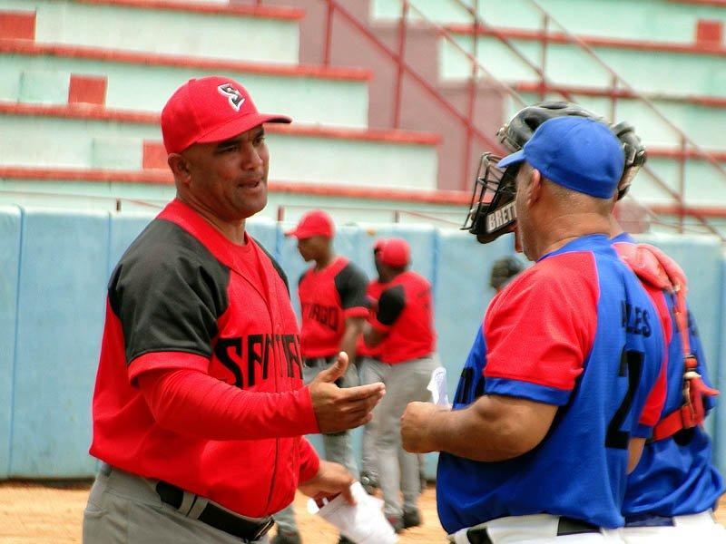 El mánager Eribero Rosales (i) ha devuelto a Santiago de Cuba a los planes estelares del béisbol cubano. Foto: Zona de Strike.