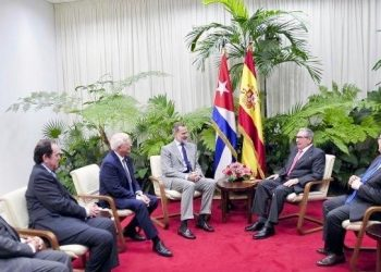 El Rey Felipe VI en su encuentro con el primer secretario del Partido Comunista de Cuba, el general de Ejército Raúl Castro. Foto: Casa Real.