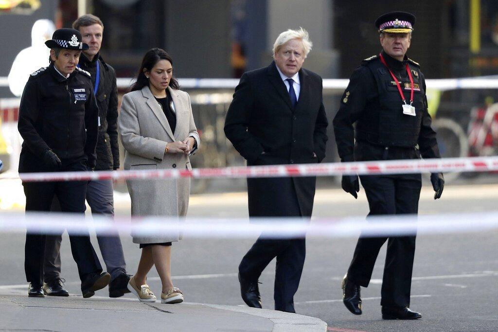 El primer ministro Boris Johnson, (segundo desde la derecha), la secretaria del Interior Priti Patel, (al centro) y la jefa de la Policía Metropolitana, Cressida Dick (izquierda), caminan por el sitio de un ataque ocurrido la víspera en el centro de Londres, el sábado 30 de noviembre de 2019. Foto: Steve Parsons/PA vía AP.