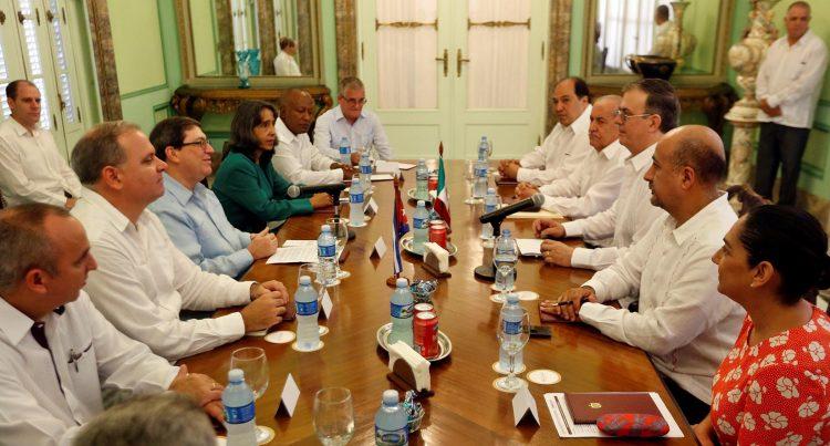 El canciller cubano Bruno Rodríguez (3-i), recibe a su homólogo de México, Marcelo Luis Ebrard (3-d), en la sede del Ministerio de Relaciones Exteriores, en La Habana, el sábado 9 de noviembre de 2019. Foto: Ernesto Mastrascusa/POOL/EFE.