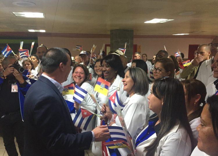 El ministro de Salud Pública de Cuba, José Ángel Portal, recibe a un grupo de médicos cubanos que trabajaban en Ecuador, tras el cierre de los convenios de colaboración entre los dos países. Foto: @MINSAPCuba / Twitter.