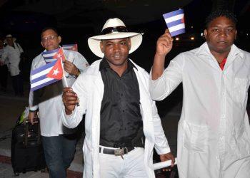 """Médicos cubanos del primer grupo de colaboradores en Ecuador llega al aeropuerto """"Antonio Maceo"""" de Santiago de Cuba, el 19 de noviembre de 2019. Foto: Miguel Rubiera / ACN."""