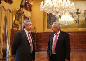 En esta fotografía, el presidente electo de Argentina, Alberto Fernández (izq), dialoga con el mandatario mexicano Andrés Manuel López Obrador en el Palacio Nacional en la Ciudad de México, el lunes 4 de noviembre de 2019. Foto: AP