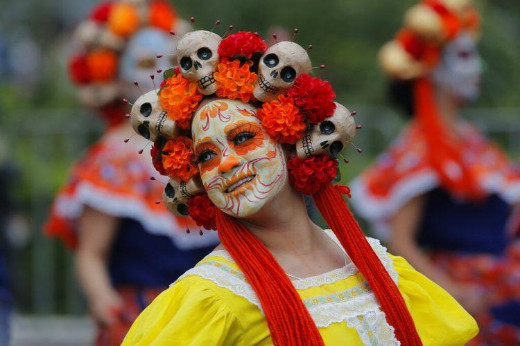 Miembros de una coreografía participan en el desfile del Día de Muertos en la Ciudad de México, el sábado 2 de noviembre de 2019. (AP Foto/Ginnette Riquelme)