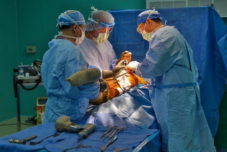 """Médicos estadounidenses de la organización humanitaria Operation Walk realizan una operación para colocar un implante ortopédico en el hospital """"Fructuoso Rodríguez"""" de La Habana. Foto: Irene Pérez / Cubadebate."""