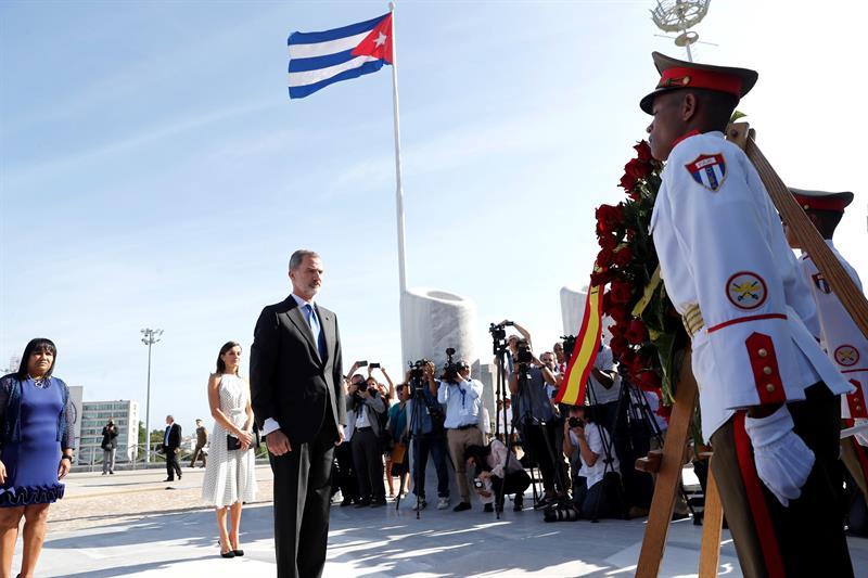 Los Reyes durante su asistencia a una ofrenda ante el Memorial José Martí en su visita de Estado de tres días aCuba, la primera de la historia que hace un monarca español, que coincide con el 500 aniversario de la fundación de La Habana. Foto: EFE/Juan Carlos Hidalgo