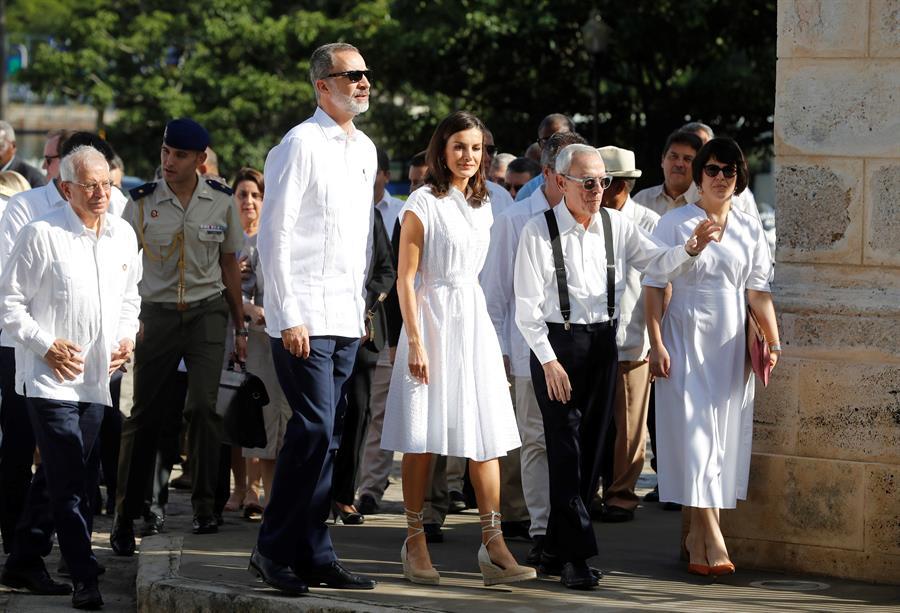 Los reyes de España, el ministro de Asuntos Exteriores, Josep Borrell (i) y el historiador Euseibio Leal (2d) durante un recorrido por la Habana Vieja dentro de su visita oficial de tres días a Cuba, el 13 de noviembre de 2019. Foto: Juan Carlos Hidalgo / EFE.