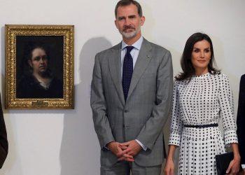 Los reyes de España, Felipe VI y Letizia, posan delante del Autorretrato de Goya, durante la visita realizada al Museo de Bellas Artes en La Habana. Foto: Juan Carlos Hidalgo / EFE.