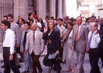Los reyes de España Juan Carlos I (2-d) y Sofía (c), paseando por La Habana en 1999. A la izquierda, el entonces presidente del gobierno español José María Aznar. Foto: revistavanityfair.es