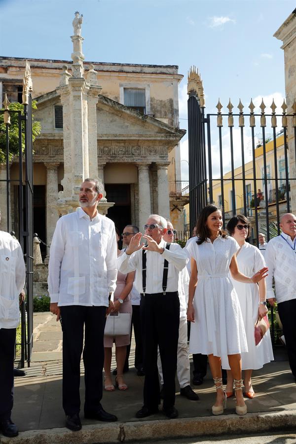 Los reyes de España y el historiador Eusebio Leal (c) en el edificio del Templete durante un recorrido por la Habana Vieja, el 13 de noviembre de 2019. Foto: Juan Carlos Hidalgo / EFE.