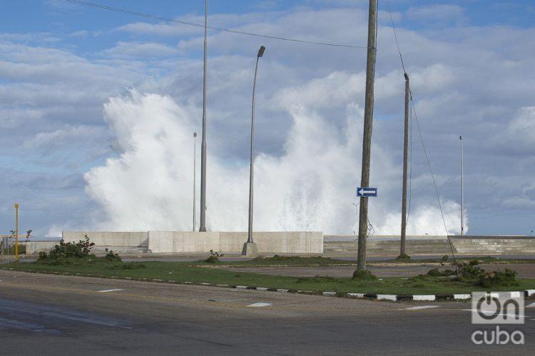 Fuertes marejadas en el malecón de La Habana, el martes 24 de diciembre de 2019. Foto: Otmaro Rodríguez.