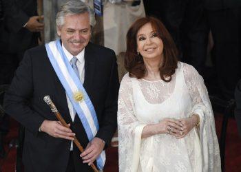 El nuevo presidente de Argentina, Alberto Fernández, y la vicepresidenta, Cristina Fernández de Kirchner, sonríen después de prestar juramento en el Congreso en Buenos Aires, Argentina, el martes 10 de diciembre de 2019. Foto: AP/Gustavo Garello