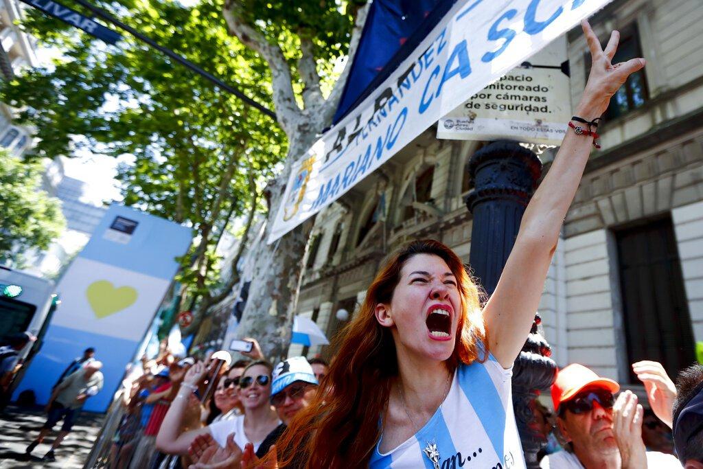 Una simpatizante de Alberto Fernández celebra su toma de posesión como nuevo presidente en Buenos Aires, Argentina, el martes 10 de diciembre de 2019. Foto: AP/Marcos Brindicci