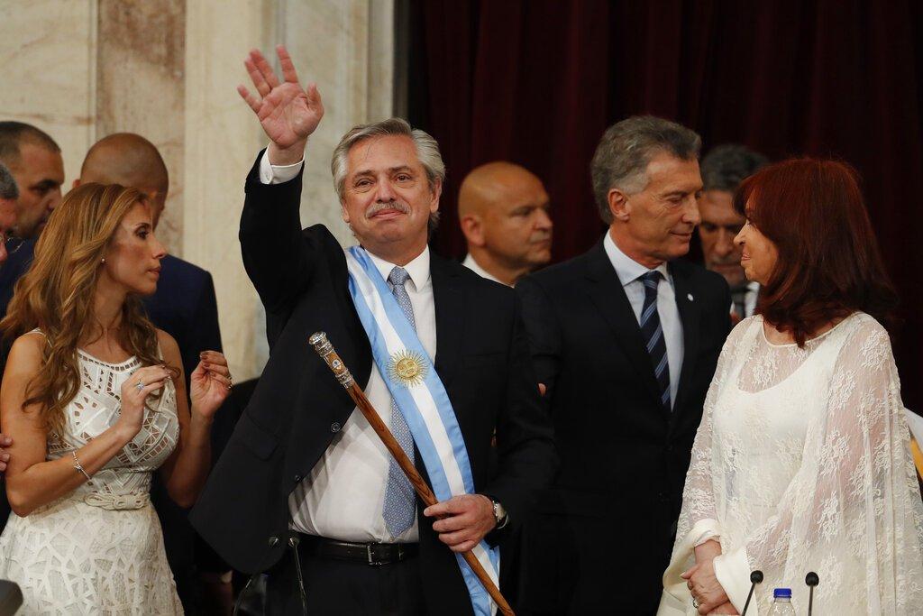 El presidente de Argentina, Alberto Fernández, saluda después de prestar juramento en el Congreso en Buenos Aires, Argentina, el martes 10 de diciembre de 2019. A la derecha está la vicepresidenta Cristina Fernández de Kirchner. Foto: AP/Natacha Pisarenko