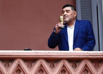 Diego Maradona sostiene una pequeña réplica de la Copa Mundial de la FIFA mientras la besa frente a los fanáticos en la casa del gobierno después de su reunión con el presidente argentino Alberto Fernández en Buenos Aires, Argentina, el jueves 26 de diciembre de 2019. Foto: AP/Marcos Brindicci