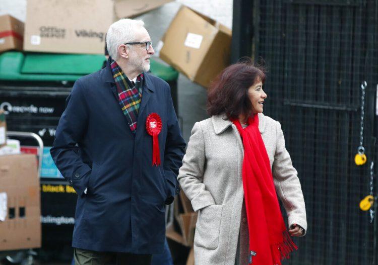 El líder del Partido Laborista británico, Jeremy Corbyn, a la izquierda, sale con su esposa, Laura Álvarez, tras votar en las elecciones generales en Islington, Londres, el jueves 12 de diciembre de 2019. Foto: Thanassis Stavrakis/AP.
