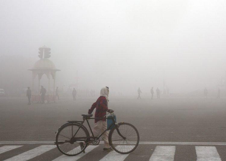Un ciclista en medio del smog matutino en Nueva Delhi, India. Foto: Manish Swarup / AP / Archivo.