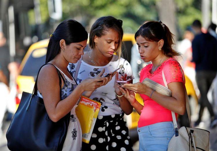 Un grupo de mujeres usas sus teléfonos celular este viernes, en La Habana. Foto: Yander Zamora / EFE.