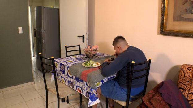 Christian Fernández es un joven cubano que padece el síndrome de Prader-Willi, que le provoca un hambre insaciable en todo momento. Foto: BBC Mundo.