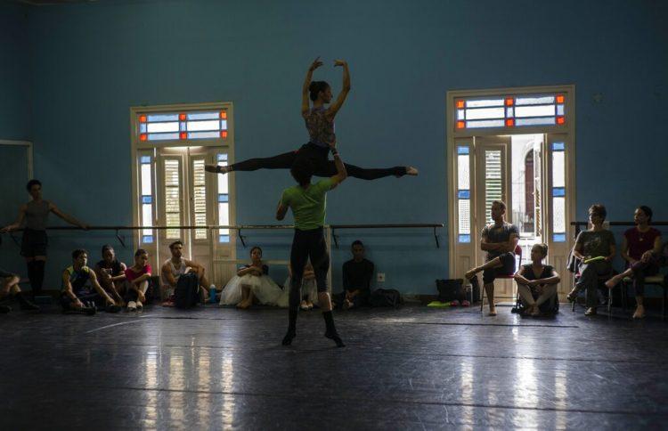 Miembros del Ballet Nacional de Cuba ven una práctica dirigida por Viengsay Valdés el jueves 12 de diciembre del 2019 en La Habana. Foto: AP /Ramón Espinosa/Archivo.
