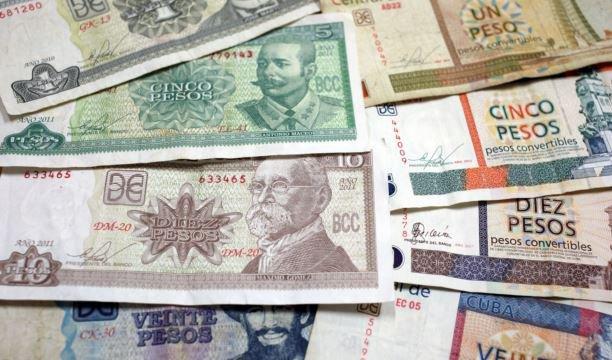 Pesos cubanos (CUP) y pesos convertibles (CUC). Foto: EFE / Archivo.