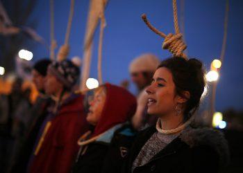 Activistas protestan afuera del recinto de las conversaciones COP25 sobre el clima en Madrid, el sábado 14 de diciembre de 2019. (AP Foto/Manu Fernandez)