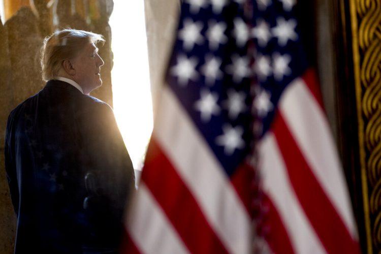 El presidente Donald Trump se aleja tras una videoconferencia la víspera de Navidad con miembros del ejército desde su propiedad en Mar-a-Lago en Palm Beach, Florida, el martes 24 de diciembre de 2019. (AP Foto/Andrew Harnik)