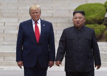 En esta fotografía de archivo del 30 de junio de 2019, el presidente Donald Trump, a la izquierda, se reúne con el gobernante norcoreano Kim Jong Un en la parte fronteriza norcoreana en la aldea de Panmunjom, en la Zona Desmilitarizada. Foto: Susan Walsh / AP / Archivo.