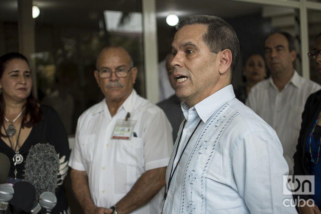José Luis Aparicio, director de postgrado del Ministerio de Salud de Cuba (Minsap) ofrece declaraciones a la prensa, el miécoles 18 de diciembre de 2019. Detrás, Johana Tablada (i), subdirectora general de Estados Unidos de la Cancillería cubana, y Jorge Delgado (2-i), director de la Unidad Central de Cooperación Médica del Minsap. Foto: Otmaro Rodríguez.
