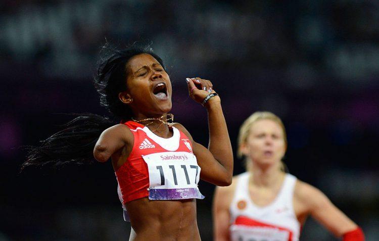La multicampeona cubana Yunidis Castillo (i) tras su triunfo en la final de los 200 metros en los Juegos Paralímpicos Londres 2012. Foto: Adrian Dennis/AFP/GettyImages/Archivo.