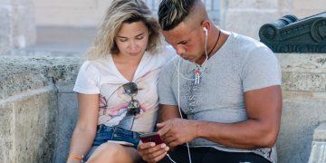 Una pareja usa un teléfono móvil para navegar en internet en La Habana. Foto: Kaloian / Archivo.