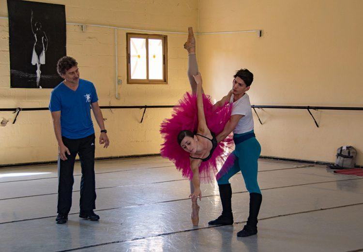 El reconocido coreógrafo y ex-bailarín argentino Julio Bocca (izq) imparte clases en el Ballet Nacional de Cuba. Foto: facebook.com/balletnacionaldecubaoficial