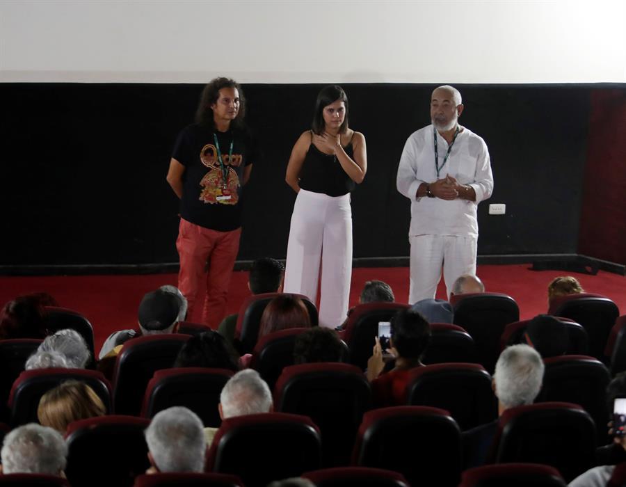 El escritor Rafael Grillo (izq), Náyare Menoyo (c) y Leonardo Padura (der), presentan el documental Leonardo Padura: una historia escuálida y conmovedora, de Menoyo este miércoles, en La Habana. Foto: EFE/ Yander Zamora