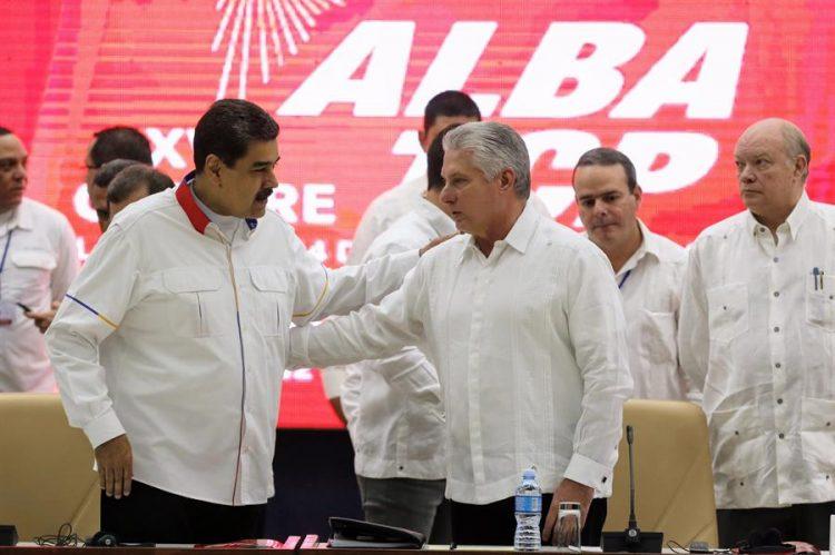 El presidente cubano, Miguel Díaz-Canel (d), habla con su homólogo de Venezuela, Nicolás Maduro (i), este sábado durante la XVII Cumbre de la Alianza Bolivariana por los Pueblos de América (Alba) en La Habana. Foto: EFE/ Ernesto Mastrascusa