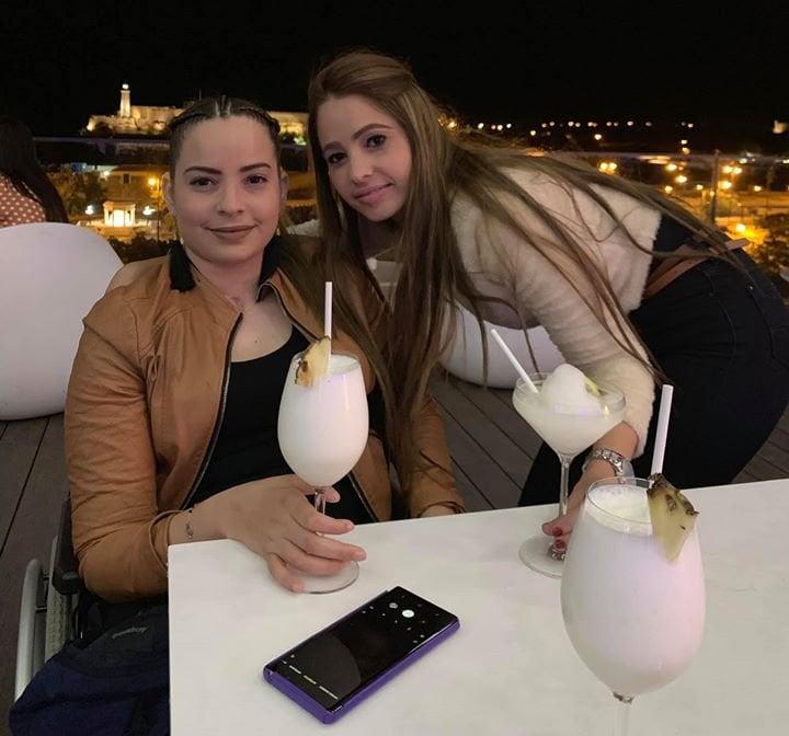 Mailén Díaz Almaguer (i), única sobreviviente del accidente aéreo ocurrido el 18 de mayo del año pasado en La Habana, junto a su hermana Mailin en una foto publicada por Mailin Díaz en Facebook, el 23 de diciembre de 2019.
