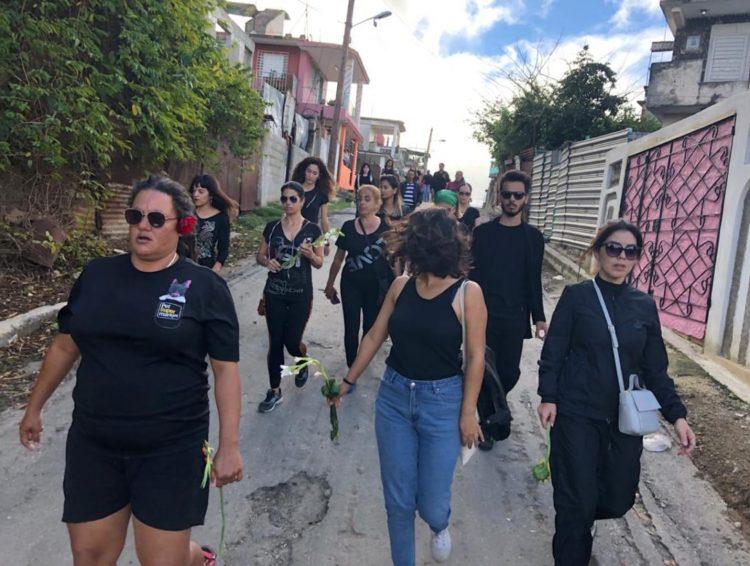 Marcha de activistas cubanos por los derechos de los animales en protesta por la muerte violenta de un pero en Guanabacoa, La Habana. Foto: Valia Rodríguez / Facebook.