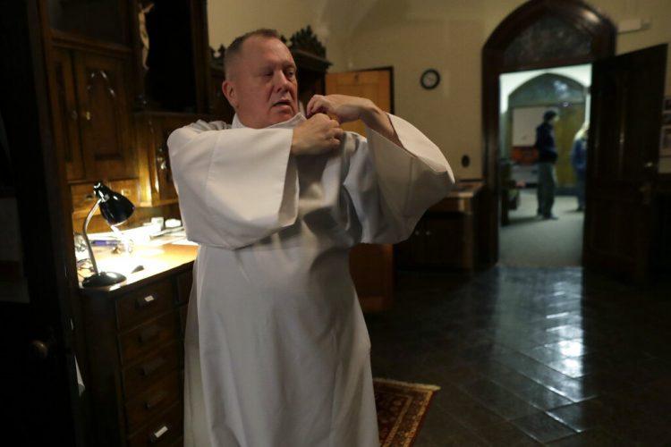 El reverendo Mark Stelzer se prepara para oficiar una misa en la iglesia de San Gerónimo en Holyoke, Massachusetts, el 9 de noviembre del 2019. Foto: Steven Senne / AP.