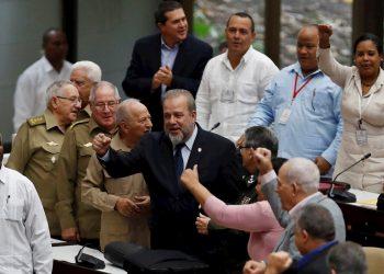 Manuel Marrero  celebra tras ser nombrado primer ministro de Cuba. Hasta ahora titular de Turismo, fue designado este sábado por el Parlamento cubano como primer ministro del Gobierno, un cargo que se eliminó en 1976 y se ha recuperado de nuevo en la nueva Constitución. Foto: Yander Zamora/EFE.