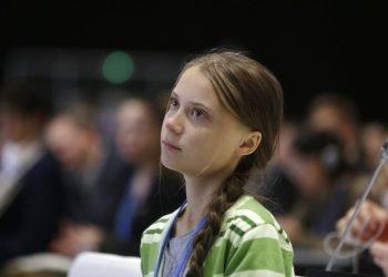 La activista sueca Greta Thunberg escucha discursos antes de dirigirse a los asistentes a la cumbre del clima de Naciones Unidas, en Madrid, el 11 de diciembre de 2019. Foto: Paul White/AP.
