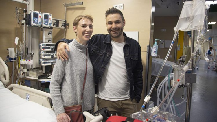 Audrey Mash, con su esposo Rohan Schoeman en el hospital Vall d'Hebron de Barcelona Foto: Kim Manresa/La Vanguardia.