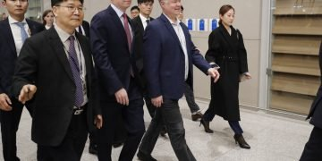El representante especial de Estados Unidos para Corea del Norte, Stephen Biegun, en el centro, llega al aeropuerto internacional de Incheon, Corea del Sur, el domingo 15 de diciembre de 2019. Foto: Lee Jin-man / AP.